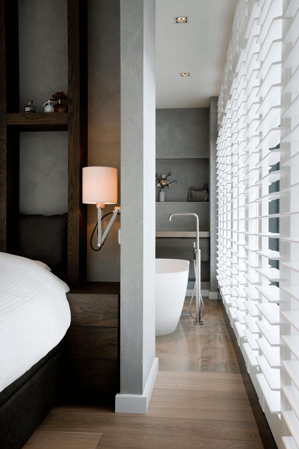 Badkamer ensuite aan slaapkamer natuursteen vloertegels