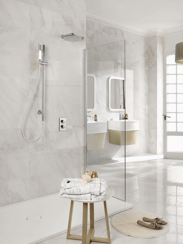 Natuursteen wastafelblad op maat met mozaiek tegels badkamer