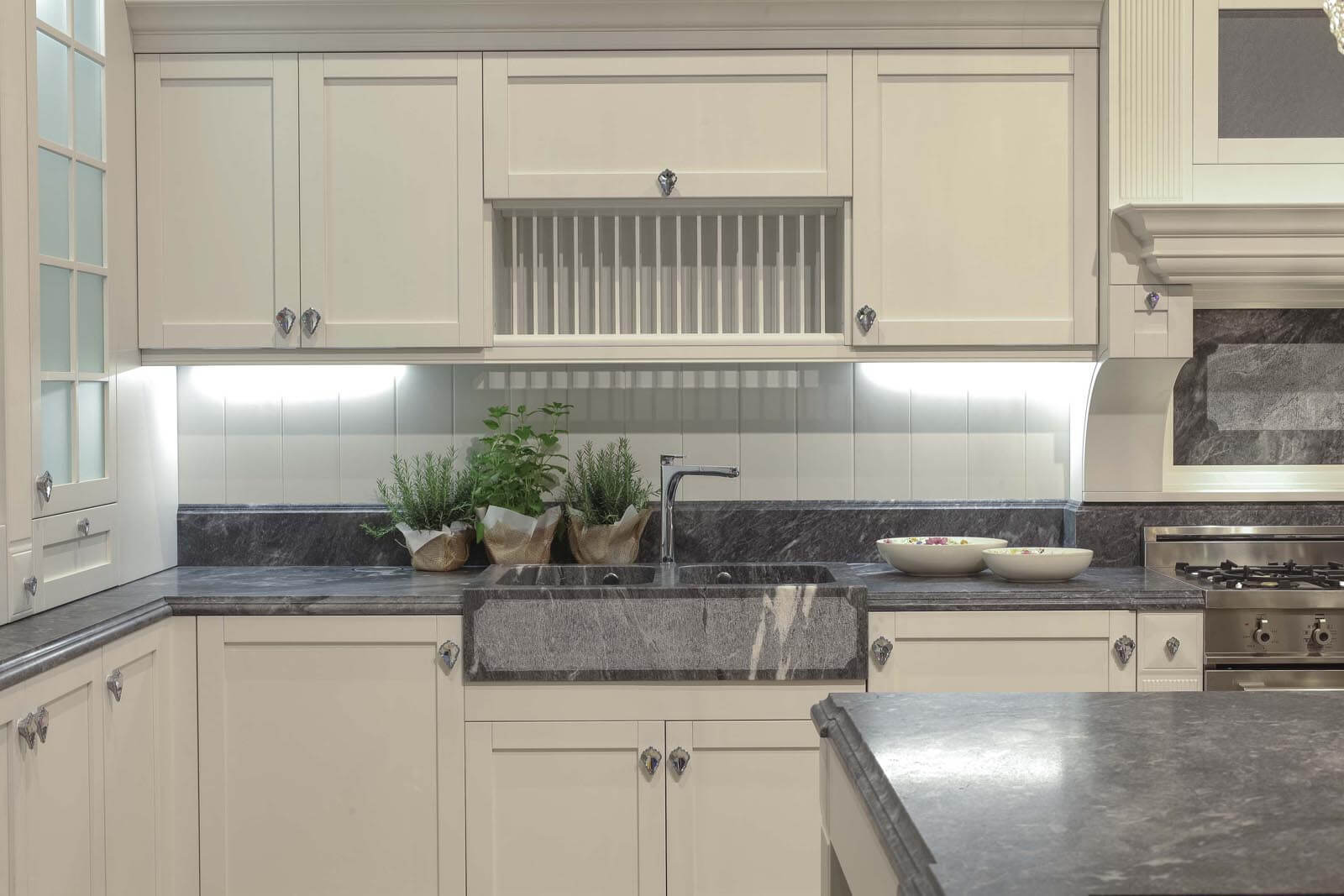 Landelijke keuken met graniet en maatwerk spoelbak