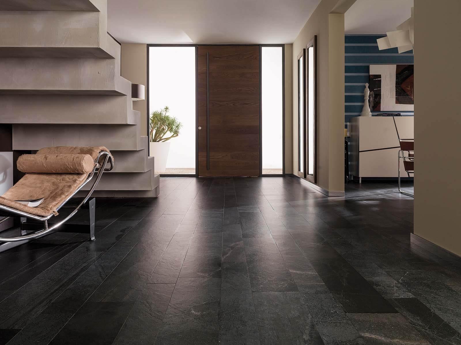luxe woonkamer natuursteen met zwarte leisteen stroken grillo