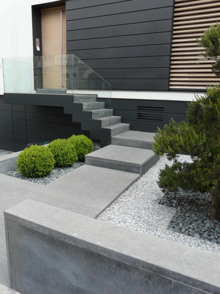 Natuurstenen trap bij terras