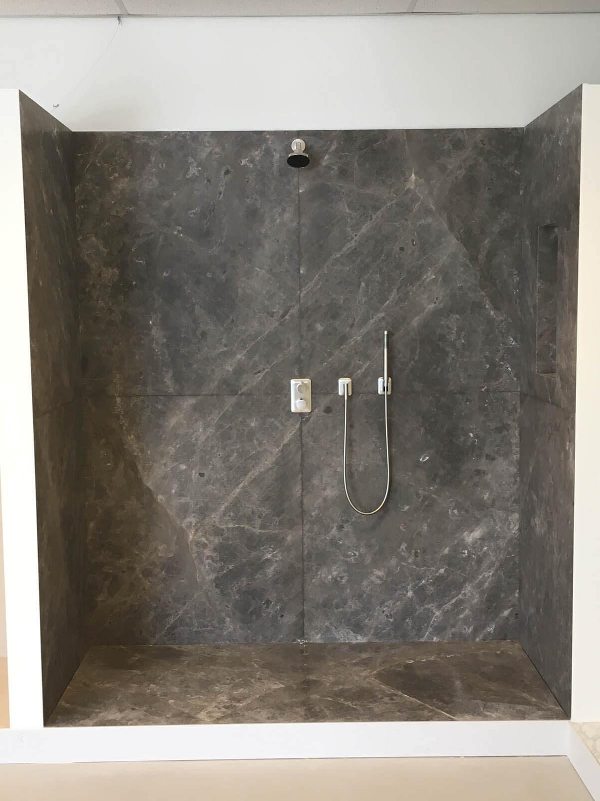 Natuursteen douche in badkamer Grillo Natuursteen showroom