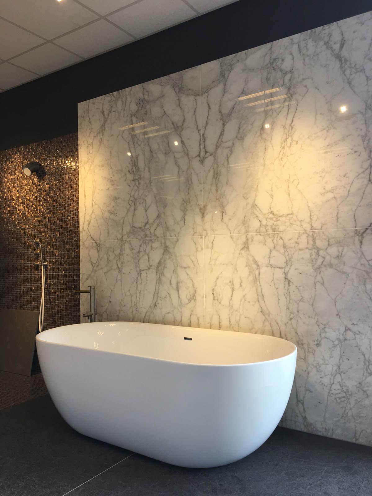 Showroom Grillo Natuursteen marmeren achterwand badkamer