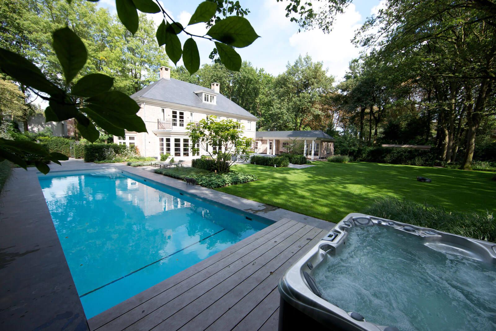 Luxe zwembad met jaccuzzi in de tuin Grillo Natuursteen